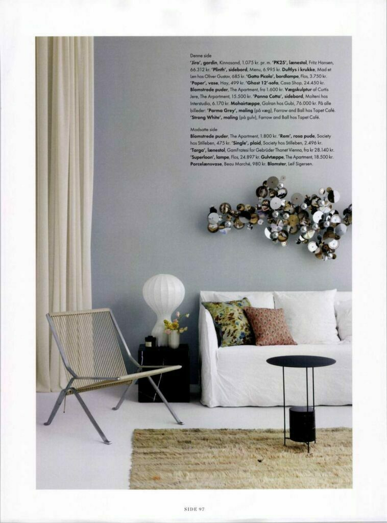 billeder over sofaen